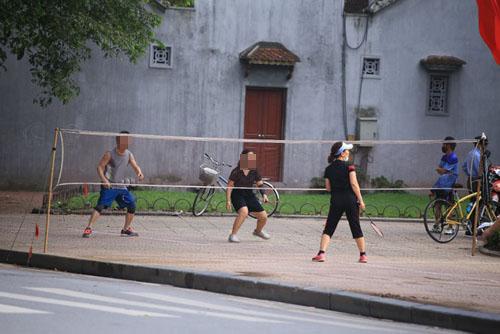 cong-vien-dong-cua-nguoi-dan-lao-ra-via-he-tap-the-ducdocx-1620280106990.jpeg