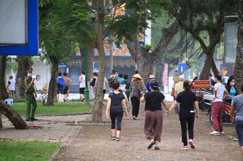cong-vien-dong-cua-nguoi-dan-lao-ra-via-he-tap-the-ducdocx-1620280106869.jpeg