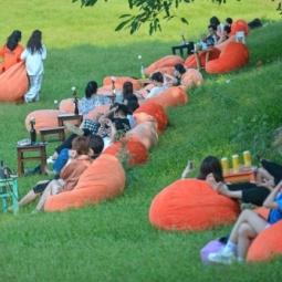 하노이시: 주말에 홍강 주변으로 모여든 젊은이들..., 코로나19 방역은 뒷전