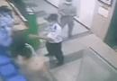 호찌민시: 마스크 안 쓰고 엘리베이터 타려는 여성 제지하는 경비들