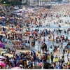 코로나 지역사회 감염에도 불구하고 해변가로 모여드는 사람들...