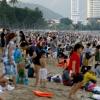 베트남 중부 최대 해변 휴양지 냐짱에 몰려든 사람들..., 코로나 방역은 뒷전
