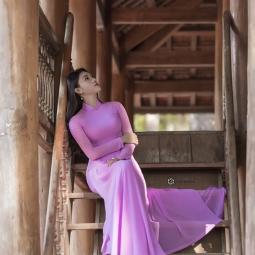 보라색 아오자이를 입은 베트남 그녀
