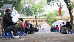 하노이市, 선별 진료소에서 검사 대기하는 사람들