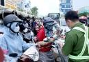 동영상: 고밥지역 검문소 봉사팀원에게 맞아 쓰러진 남성