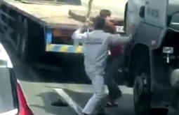 베트남 운전자들 도로 한복판에서 흉기들고 활극.., 심각한 정체 발생