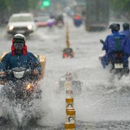 호찌민시: 폭우로 도로 침수..., 교통 정체 심각