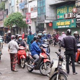 하노이, 다시 번화한 거리 '사회적 격리'는 '공염불'.., 4월말까지 연장?