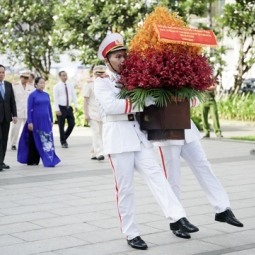 베트남의 영원한 국부 '호찌민 주석' 생일 기념 대표단 헌화