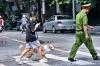 하노이시 사회적격리 첫 날, 반려견 산책시킨 소녀에 200만동 벌금… 등