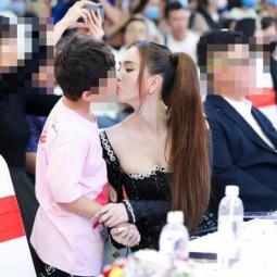 와글와글: 8살 소년에 진한 키스 '란제리 여왕'.., 네티즌들 찬반양론