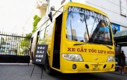 호찌민시: 구형 버스를 개조한 이동식 이발소.., 학생 대상 서비스