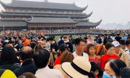 일상으로 돌아온 베트남.., 사원으로 몰려든 인파로 코로나 재발 공포