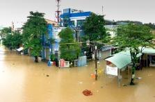 베트남 중부지역 홍수로 도로가 강으로 변해 배타고 다녀야
