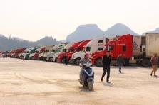 베트남 국경에 멈춰선 트레일러.., 이 많은 농산물은 어쩌나?