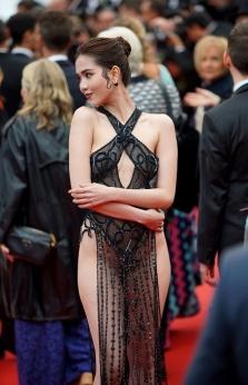 """베트남 """"란제리 여왕""""의 초대받지 않은 영화제 참석.., 누리꾼들은 냉담한 반응"""