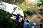 베트남, 컨테이너와 미니 버스 충돌 후 계곡으로 추락해 13명 사망