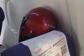 전염병 확산 두려움에 비행기에서 헬멧을 착용한 승객