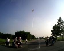충격적인 자동차와 오토바이 충돌 장면