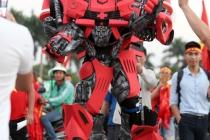 하노이, 축구 응원 인파에 등장한 대형 인간 로봇