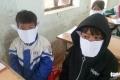베트남, 시골지역 학교에서 유행하는 공책으로 만든 마스크