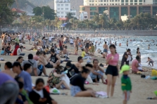다른 나라인가? 냐짱 해변은 몰려든 사람들로 붐벼