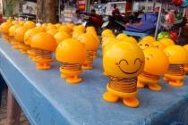 """베트남, 노점상 판매 """"이모티콘 스프링 인형"""" 인기.., 일부에서는 불길한 소문도"""