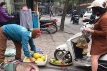 와글와글: 노점상 판매품 오토바이로 밟고 지나간 여성 '뭇매'
