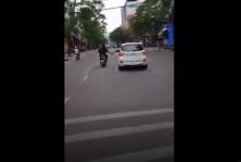 거리에서 오토바이 타고 자동차 백미러 파손