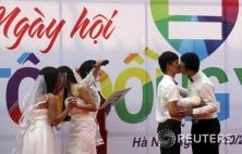 베트남 동성결혼식…입맞추는 커플들