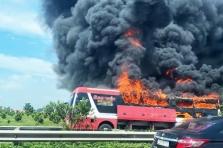 고속도로에서 슬리핑버스 화재로 전소.., 인명 피해는 없어