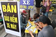 호찌민시, 단속 강화에 차량 보험가입증 구하러 몰려든 시민들