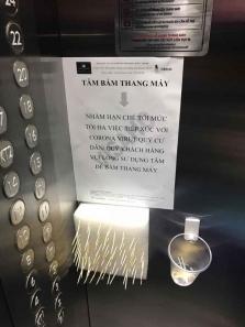 하노이, 엘리베이터 버튼은 '이쑤시게'로.., 코로나19 이기는 독특한 방법