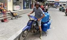 하노이, 식수 대란으로 생수 가격 급상승.., 시장 관리팀 긴급 점검