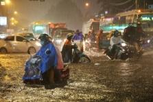호찌민시: 집중 폭우로 침수 피해 급증.., 내일까지 지속 예상