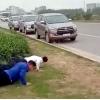 와글와글: 마스크 미착용 운전자가 자발적인 푸시업으로 건강 상태 증명?