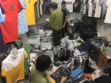 하노이시, 도매 시장에서 위조 상품 단속.., 상품 수천개 압수