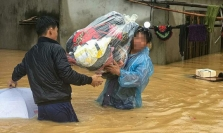 베트남 중부지역 홍수 대란으로 약 1만 명 이상 대피