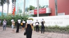 호찌민시, 호주국제학교 학부모 수백명 학교앞에서 항의 시위
