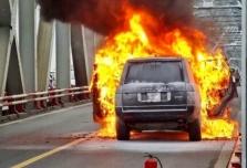 하노이시: 다리 중간에서 최고급 자동차 화재로 교통 마비